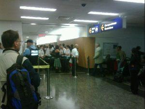 Revisión de los pasajeros del AM006 en Montreal. Foto por Javier Castellón